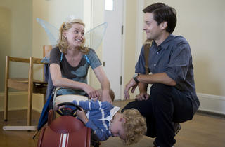 Elizabeth Banks and Tobey Maguire in The Details