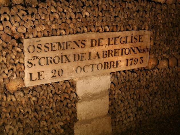 (Plaque ossements de l'église Sainte Croix de la Bretonnerie © Mairie de Paris)