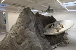 (Vue de l'exposition / © Huang Yong Ping / Photo : Fabrice Seixas / Courtesy de l'artiste et Kamel Mennour, Paris)