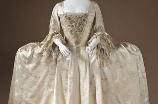 (Robe à la française, Angleterre, vers 1765 / © 2010 Museum Associates/LACMA)