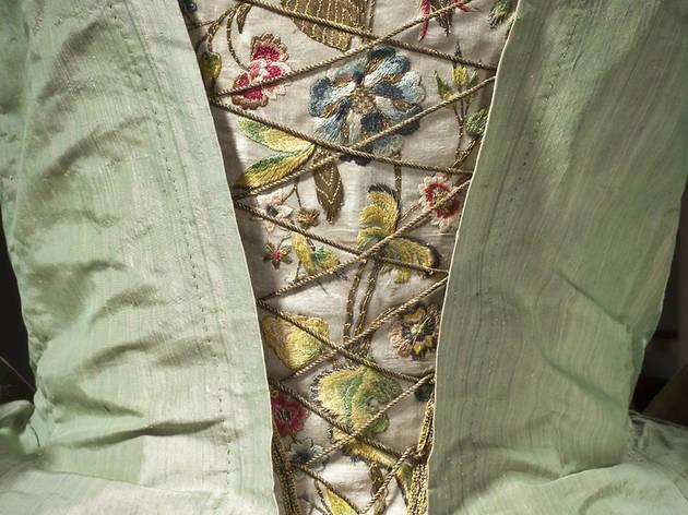 (Détail de robe à la française, Europe, vers 1725 / © 2010 Museum Associates/LACMA)