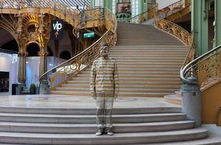 (Liu Bolin, 'Hiding in the City', Paris, 2011 / Performance au salon Artparis / Courtesy de l'artiste et galerie Paris-Beijing / Paris, Bruxelles, Pékin)