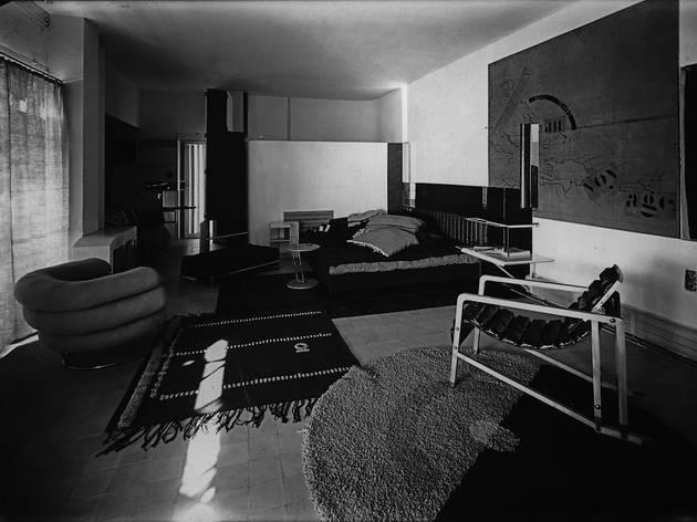 (Eileen Gray et Jean Badovici, 'Villa E 1027', vue du salon / Centre Pompidou, Bibliothèque Kandinsky, fonds Eileen Gray / Photo : Alan Irvine)