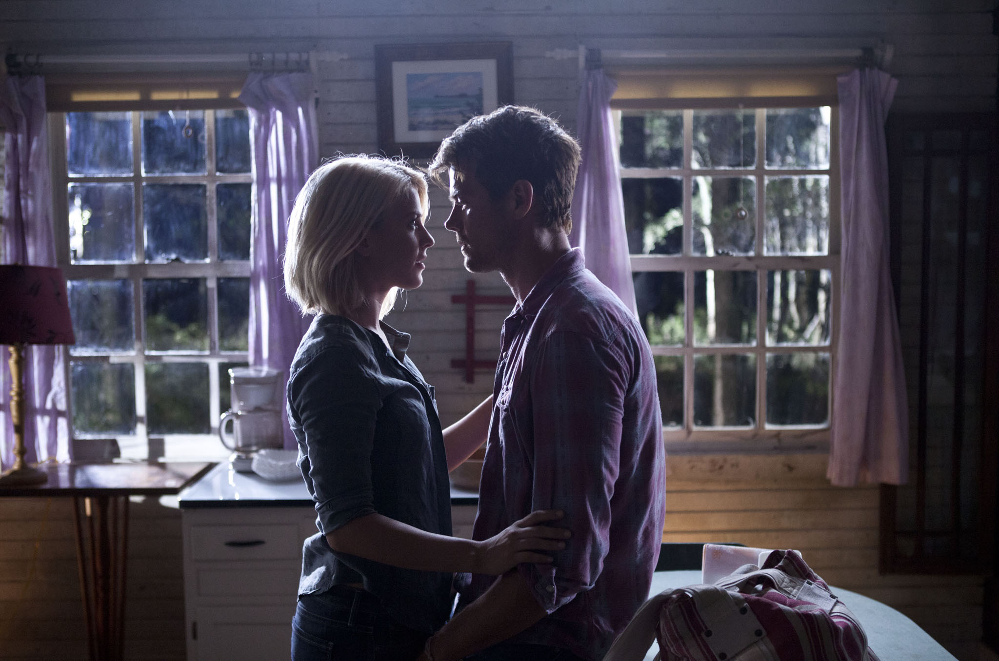 """safehaven movie review Well timed for valentine's day, this film based on a novel by nicholas sparks (""""the notebook,"""" """"the lucky one,"""" """"dear john"""") is another take."""