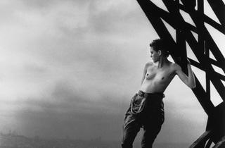(Peter Lindbergh, Mathilde sur la Tour Eiffel, 1989, Polka Galerie)
