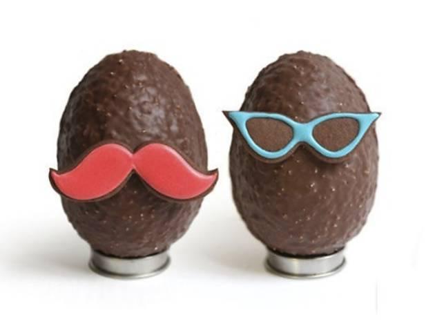 """<p>Les &oelig;ufs """"Moustache"""" de chez <a href=""""http://www.timeout.fr/paris/shopping/bogato"""" target=""""_blank"""">Bogato</a>.<br />Chocolat noir/au lait, &eacute;clats d'amandes torr&eacute;fi&eacute;es et sabl&eacute; chocolat. &nbsp;<br />A partir de 29 euros.</p>"""