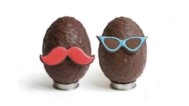 """<p>Les œufs """"Moustache"""" de chez <a href=""""http://www.timeout.fr/paris/shopping/bogato"""" target=""""_blank"""">Bogato</a>.<br />Chocolat noir/au lait, éclats d'amandes torréfiées et sablé chocolat. <br />A partir de 29 euros.</p>"""