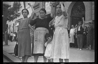 ( Gerda Taro, 'Spectateurs de la procession funéraire du Général Lukacs', Valence, 16 juin 1937 / © International Center of Photography)