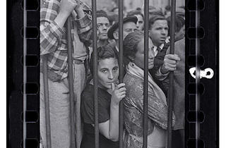 ( Gerda Taro, 'Foule devant la grille d'une morgue après le raid aérien', Valence, mai 1937 / © International Center of Photography / Collection ICP)