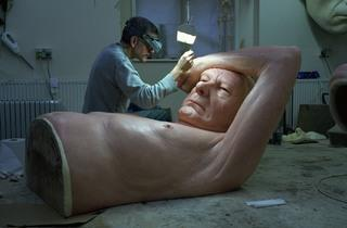 (Atelier de Ron Mueck, janvier 2013 / © Ron Mueck / Photo : © Gautier Deblonde)