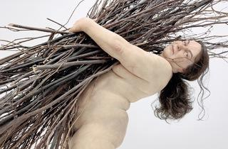 (Ron Mueck, 'Woman with Sticks', 2009 / Courtesy Hauser & Wirth, Londres / © Ron Mueck)