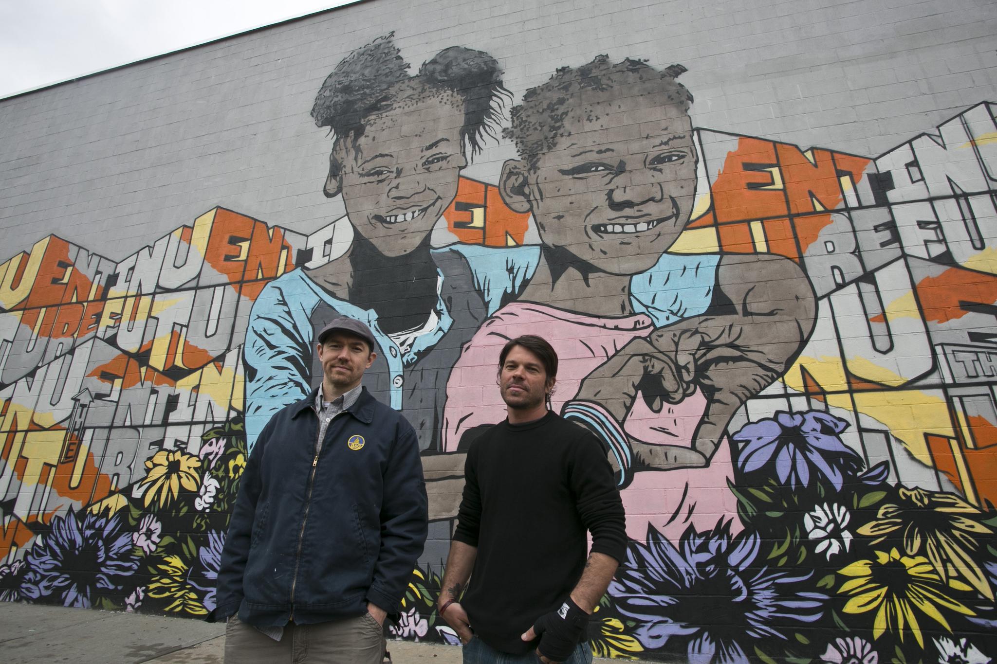 Street artists paint a mural (video)