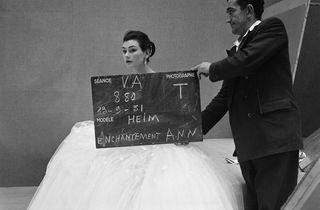 (Henry Clarke, 'Jacques Heim, automne-hiver 1951', 1951 / Mannequin : Ann Gunning / © Henry Clarke / Galliera)