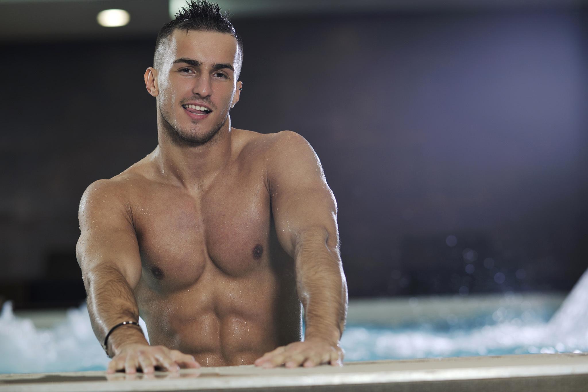 Фото красивый парень в бассейне 22 фотография