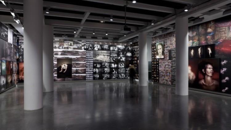 Vue de l'exposition d'Antoine d'Agata (2013) /  / © Pascal Martinez