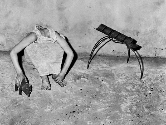 ('Head inside shirt', 2001 / © Roger Ballen / Agence VU')