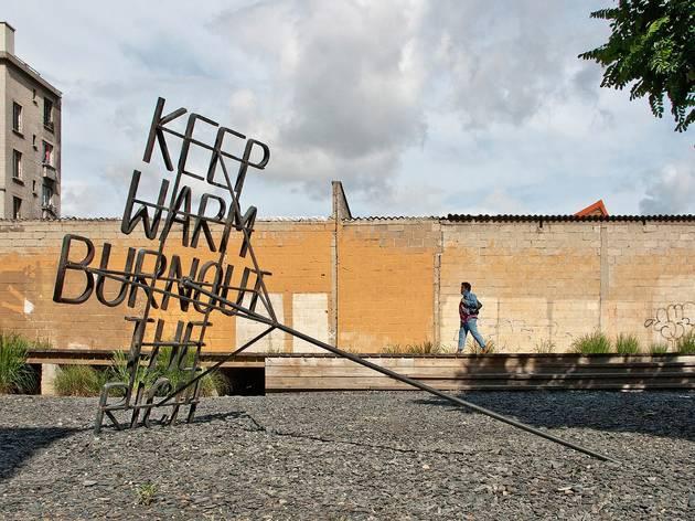 Nøne Futbol Club ('Work nº054-2 : Keep warm burnout the rich', 2011 (installation en fer forgé) / Photo : © Anaïs Nieto)