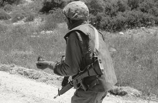 ('Sans titre (Trackers n° 8)', Lakhich Army Base, Beit Gubrin, Israël/Palestine, 2005 / Courtesy de l'artiste / © Ahlam Shibli)