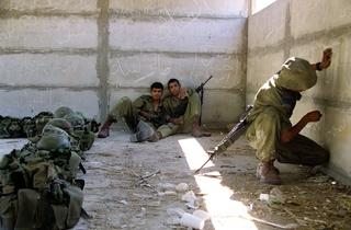 ('Sans titre (Trackers n° 57)', Lakhich Army Base, Beit Gubrin, Israël/Palestine, 2005 / Courtesy de l'artiste / © Ahlam Shibli)