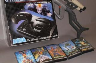 Console SEGA Megadrive (Première version PAL - 1990 + Menacer en loose, Street Fighter II, Atomic Runner, Mercs, Ecco the Dolphin et Flashback / © Millon & associés)