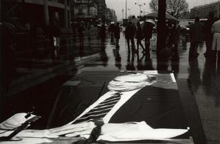 (Commémoration de la mort de François Mitterrand, Place de la Bastille, Paris, 1996 / © Costa-Gavras)