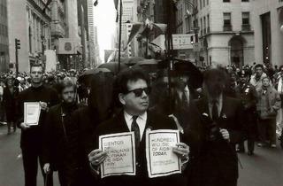 (Manifestation contre les ravages du SIDA, New York, 1990 / © Costa-Gavras)