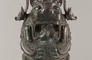 """(Vase You en forme de félin dit """"La Tigresse"""" (bronze), Chine, Province du Hunan, XIIe siècle av. J.-C. / © Stéphane Piera / Musée Cernuschi / Roger-Viollet)"""