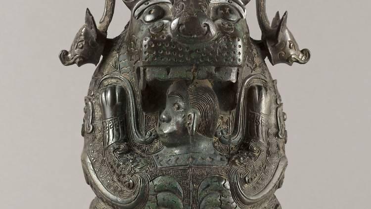 """Vase You en forme de félin dit """"La Tigresse"""" (bronze), Chine, Province du Hunan, XIIe siècle av. J.-C. / © Stéphane Piera / Musée Cernuschi / Roger-Viollet"""