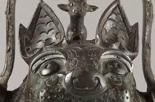 """(Vase You en forme de félin (détail) dit """"La Tigresse"""" (bronze), Chine, Province du Hunan, XIIe siècle av. J.-C. / © Stéphane Piera / Musée Cernuschi / Roger-Viollet)"""