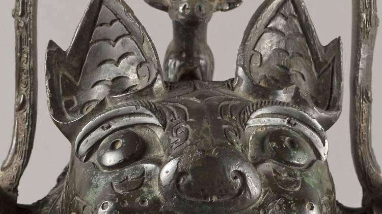 """Vase You en forme de félin (détail) dit """"La Tigresse"""" (bronze), Chine, Province du Hunan, XIIe siècle av. J.-C. / © Stéphane Piera / Musée Cernuschi / Roger-Viollet"""
