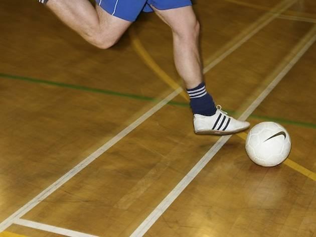 Un sprint après le ballon rond
