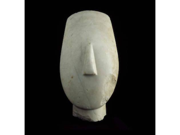 Tête d'idole aux bras croisés / Musée du Louvre