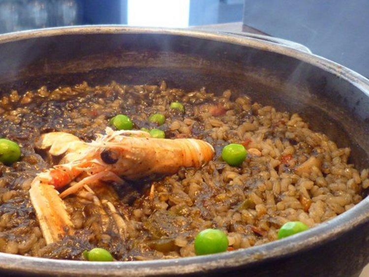 Comerse una paella en la Barceloneta