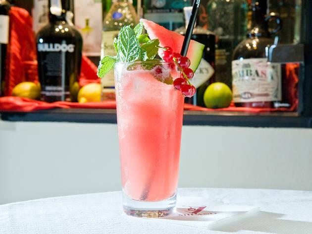 Watermelon Martini (Ingredientes: Sandía triturada, azúcar, vodka, jarabe de melón, zumo de limón, triángulo de sandía y un bote para escupir las pepitas (es broma).)