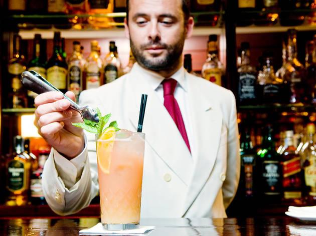Summer Time Out (Ingredients: Amaretto Disaronno, ginebra Seagram's, llima Rose's, suc natural de pomelo rosa, una rodanxa de pomelo rosa, fulles de menta i el swing d'Alfredo Pernia.)