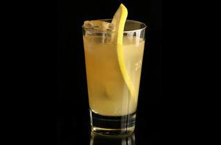 Cooler de ron (Ingredientes: ron, zumo de limón natural, ginger ale, rodaja de naranja, guinda confitada y todas las temporadas de Mad Men en el bolso)
