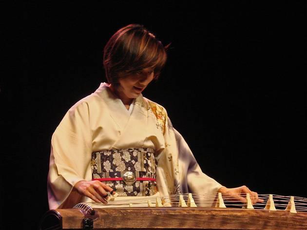 Mieko Miyazaki jouant du Koto