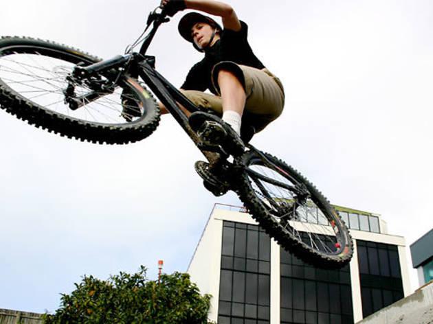 Acrobacias en bici, en Casa Vecina