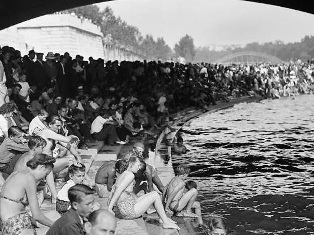 Baignades dans la Seine (© Roger-Viollet)