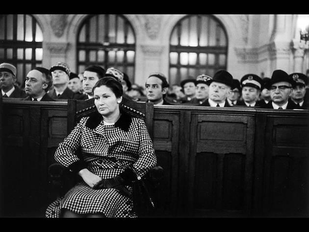 (Simone Veil lors du 30e anniversaire de la libération d'Auschwitz, à la synagogue de la Victoire, 27 janvier 1975 / © Alécio de Andrade, ADAGP, Paris, 2013)