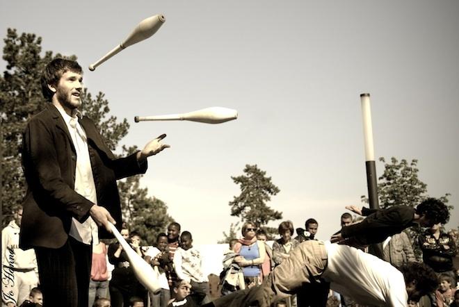 Théâtre de rue et cirque : quand les spectacles mordent le bitume