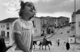 (Sergio Larrain, 'Rue principale de Corleone', Sicile, 1959 / © Sergio Larrain/Magnum Photo)