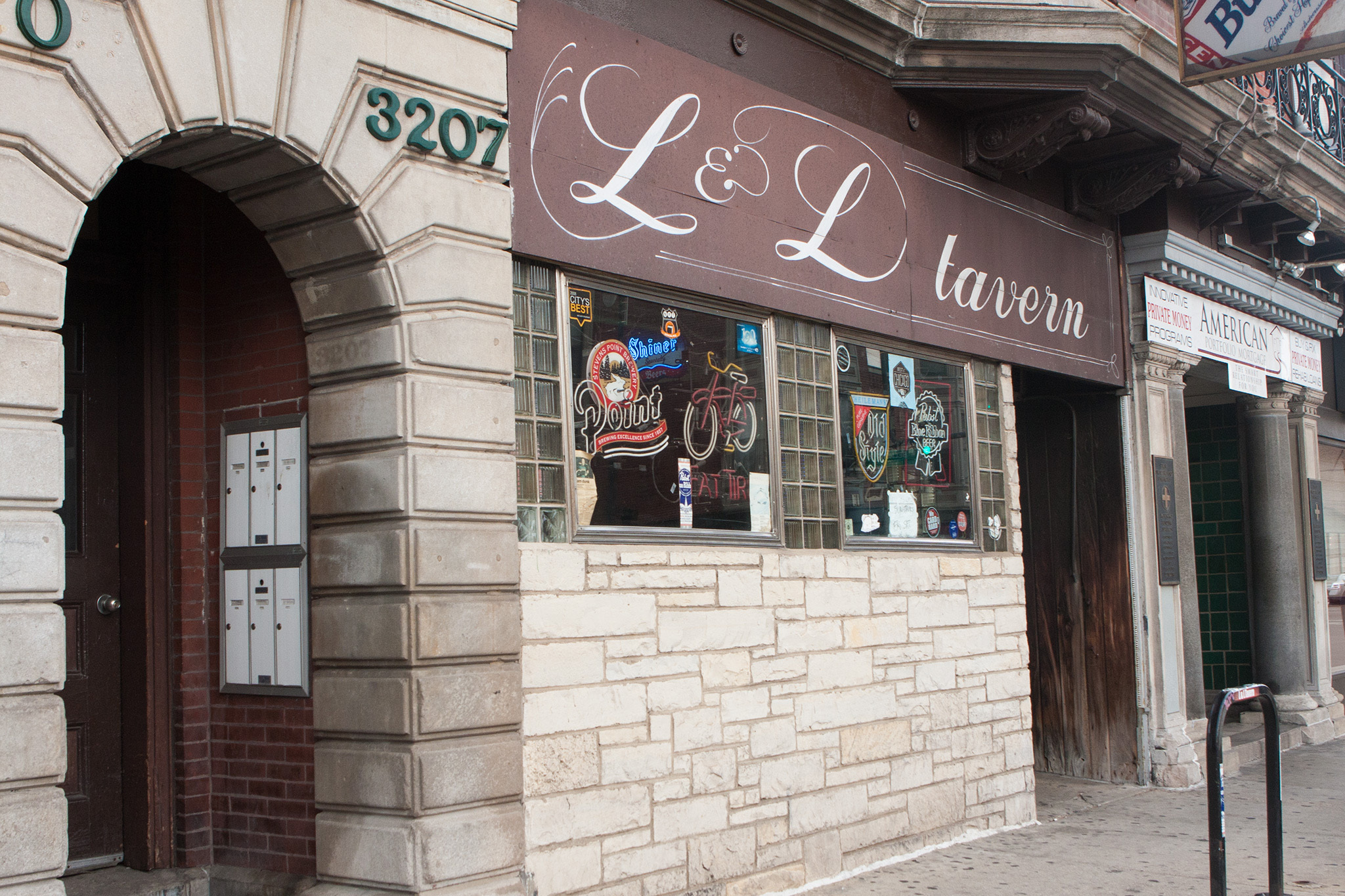 0613.chi.rb.at.LnLTavern.exterior.jpg
