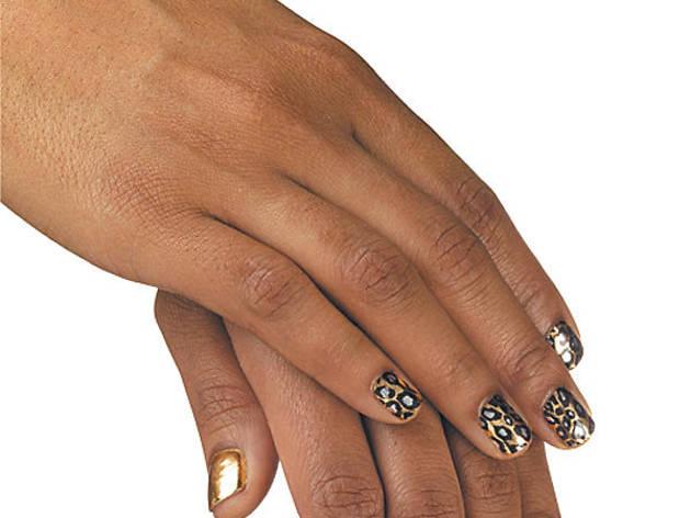 245.x600.get.nails.Beyonce.tight.jpg