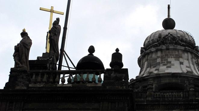 <p>El arquitecto mexicano José Damián Ortíz de Castro estaba a cargo de la catedral, pero murió en 1793, por lo que Manuel Tolsá fue asignado para terminarla. El encargo implicó un verdadero reto, pues se trataba de una construcción con diferentes estilos. Para darle unidad le pone una balaustrada a todo lo largo. Con la idea de proporcionarle un remate completo coloca el cubo con el reloj en la parte central, así como las esculturas de la fe, la esperanza y la caridad. También modificó la cúpula, le puso un anillo para darle más altura y realeza acorde a la nueva escala del edificio.<br /><strong>Con información de la arquitecta Olga Cano. </strong></p>