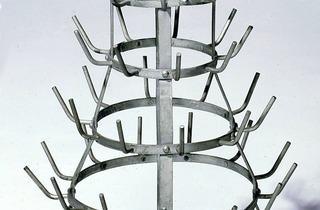 (Marcel Duchamp, 'Porte-bouteilles', 1914 / 1964 Ready-made Fer galvanisé / Dist. RMN-GP © Succession Marcel Duchamp / Adagp, Paris 2013)