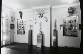 (Man Ray, Exposition 'Objets surréalistes', galerie Charles Ratton, 1936, [Reportage-vues d'accrochage], 1936 / © Man Ray Trust / Adagp, Paris 2013)