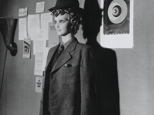 (Man Ray, Mannequin de M. Duchamp dans la rue aux Lèvres, 1938, à l''Exposition internationale du surréalisme' Paris, galerie des Beaux-Arts, 1938 / © Man Ray Trust / Adagp, Pari)