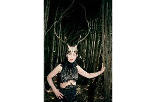 (Isabella Blow with Horns, 1996 (© Juergen Teller))