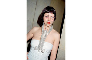 (Isabella Blow at the American Embassy in Paris, 1998 (© Roxanne Lowit))